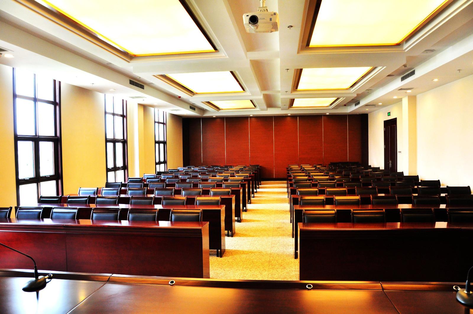 3, 长方型: 摆台样式:会议室内桌子呈长方形中空摆放,前后不留缺口图片